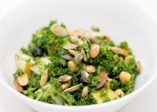 Salata-de-arpacas-si-Kale-cu-masline-si-nuci-de-pin